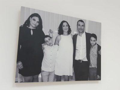 תמונת קיר מעץ בבית משפחת עטיה